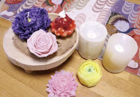 高野山に恋をして、移住してきたキャンドル作家の荒川由美さんが開くキャンドルの販売&体験教室。高野紙や高野槇の精油を使った独自のキャンドル作りが楽しめます。弘法大師が中国から持ち込んだという紫色のボタンの花をイメージしたキャンドルもおすすめ。体験はスイーツが2000円から。フラワータイプは予約時に価格を相談。
