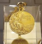 野村豊和選手が43年前に獲得した金メダル。実際に首にかけることができます