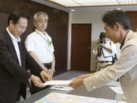 尾花市長に要望書を手渡す同会
