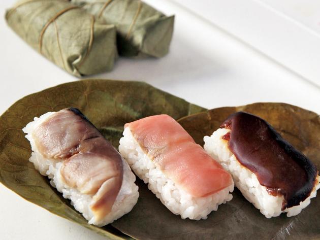 「柿の葉すし」1120円(3種・9個)昔ながらの手づくり柿の葉寿司は売り切れご免。ネタは、サバ・サケ・シイタケの3種類。