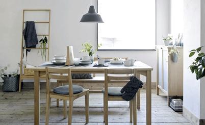 家具はナチュラル系で 食器や小物にトレンド色を取り入れて