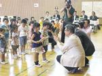 和歌山キワニスクラブが海南市の幼稚園・保育所へ 絵本と本箱を寄贈