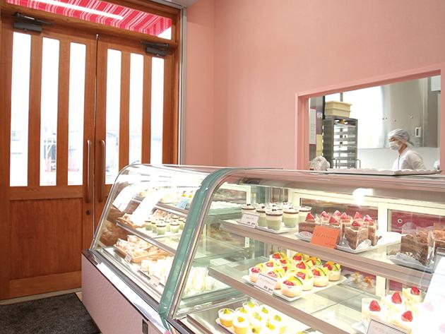 ピンクを基調としたかわいい店内 パティシエの味をリーズナブルに提供