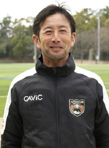 昭和49年生まれ、滝川第二高校、同志社大学卒。Jリーグ、JFLでプレーしたのち指導者に。平成27年アルテリーヴォ監督