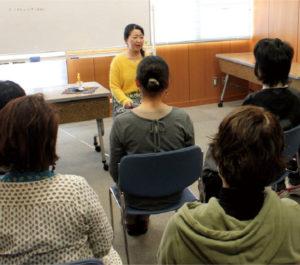 毎週行われる勉強会では、練習した昔話をメンバーに披露し、意見交換をします