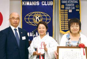 和歌山キワニススラブ・岩橋会長(左)、語りの森・馬場代表(右)と上甲さん(中央)
