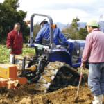農機で土を掘り起こします