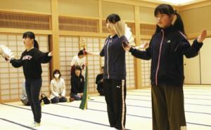 「小さいころから見てきた祭りなので、参加できてうれ しいです」と、巫女舞の練習に励む杉垣遥さん