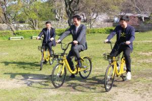 尾花正啓市長、ユタカ交通の豊田英三社長、OFOJAPANの日吉良昭日本市場統括が自転車に試乗