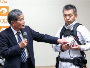 パワーアシストスーツの特徴を紹介する八木教授