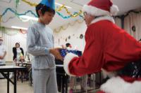クリスマスプレゼントを贈呈(2枚の写真提供=Osaka Great Santa Run)