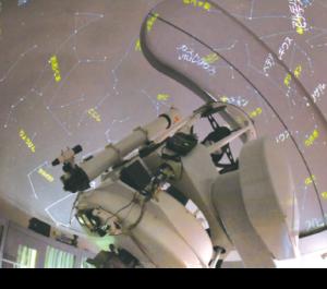 ドームの天井がスクリーンとなり、星空が映し出されます