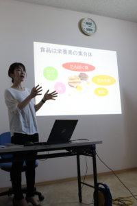 「体づくりは食事から~いつもの食事に一工夫~」について説明する村上知子さん