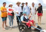 磯の浦、ビーチのバリアフリーを目指し ビーチマットと水陸両用車椅子
