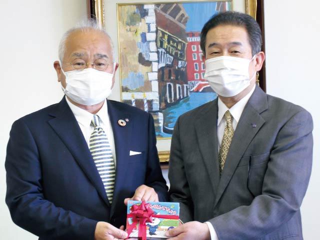 交通ルールを冊子にまとめ<br/>新1年生に交通安全手帳を贈呈<br/>和歌山市で贈呈式が行われました